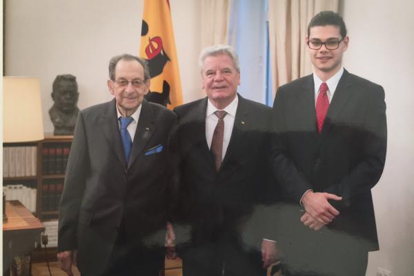 2015: Juri Elperin mit Enkel und Bundespräsident Joachim Gauck